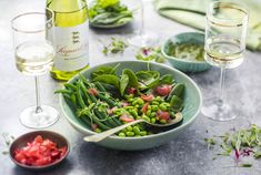 Fine Beans, Lemon Pickle, Pickled Radishes, Spinach Salad Recipes, Sauvignon Blanc, How To Eat Less, Salad Bowls, Fruits And Vegetables