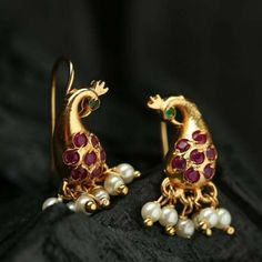 Gold Jewelry Design In India Antique Jewellery Designs, Gold Earrings Designs, Necklace Designs, Jewelry Design, India Jewelry, Gold Jewellery, Gold Jewelry Simple, Indian Wedding Jewelry, Jewelry Model