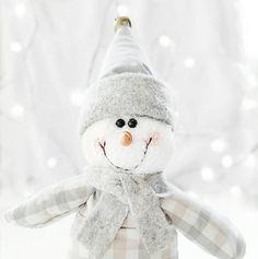 Reformei esse boneco para a decoração desse ano na minha casa. A paleta de cores está toda em prata. Minha referência foi a decor escandinava.