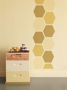 figure géométrique hexagonale en jaune pastel et meuble de rangement en bois massif