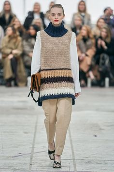 By Malene Birger Copenhagen Fall 2020 Collection – Vogue Within the last few 30 years, the evolution of fashion has … Fashion Week, Fashion 2020, Fashion Trends, Fashion Details, Knitwear Fashion, Crochet Fashion, Fashion Show Collection, Couture Collection, Mode Crochet