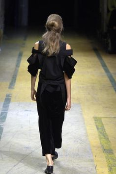 Yohji Yamamoto - Ready-to-Wear - Runway Collection - Women Spring / Summer 2006 - See more at: http://firstview.com/collection.php?p=25&id=10305&of=36#sthash.a2Xha8m8.dpuf