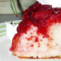 Strawberry Upside Down Cake - Looking for something yum to make for a summer dessert? Strawberry Upside Down Cake might do the trick, its easy and and so good! 13 Desserts, Brownie Desserts, Birthday Desserts, Birthday Cake, Yummy Treats, Sweet Treats, Yummy Food, Think Food, Love Food