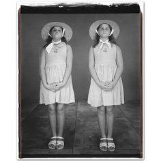 Gemelos // Twins (by Mary Ellen Mark, Vintage Children Photos, Vintage Twins, Vintage Pictures, Old Pictures, Family Pictures, Mary Ellen Mark, City Of Shadows, Celebrity Twins, Love Twins