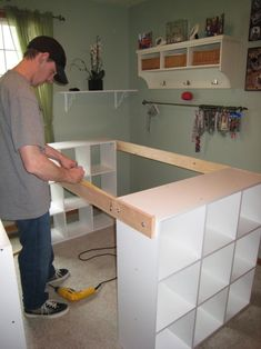 He links 3 IKEA shelves together to create something essential in every room. – Decoration – Tips and Crafts He links 3 IKEA shelves together to create something essential in every room. – Decoration – Tips and Crafts Craft Desk, Craft Room Storage, Craft Organization, Craft Tables, Diy Desk, Diy Crafts Desk, Paper Storage, Organizing Tips, Sewing Crafts