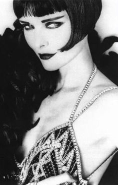 Michelle Pfeiffer as 'Louise Brooks' - 1991 - Photo by Herb Ritts (American, - Vogue - who'd have thought.she looks amazing as a brunette. Louise Brooks, Michelle Pfeiffer, Vintage Glamour, Vintage Beauty, Vintage Fashion, 20s Fashion, White Fashion, Hollywood Glamour, Old Hollywood