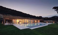 Vue extraodinaire pour cette maison contemporaine de béton et verre sur la Costa Brava,  #construiretendance
