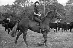 Jackie #Kennedy a caballo en el campo bravo #toros #fotografia