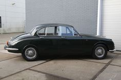 Merk:Jaguar Brandstof:Benzine Model:MK2 Afgelezen km. stand:24.712 km Inrichting:Overig (4-deurs) Type:240 MK II 3.8 - British Racing Green - Chrome gespaakte velgen Vermogen motor:220 PK (162 kW) Aantal cilinders:6 Aantal zitplaatsen:5 Bouwjaar: 1968 Kleur:British Racing Green Bekleding:Skai Interieurkleur:Beige Transmissie:Handgeschakeld, 5 versnellingen (overdrive) Cilinderinhoud:3.800 cc De Spaanse keuring was geldig tot: 01-07-2016, Kenteken: B- 4604 - DC(Spaans) Maar kan optioneel…