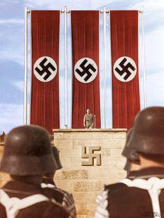 Vojaci SS počúvajú prejav Adolfa Hitlera na Luitpoldarena, Norimberg, 1938.SS soldiers listen to Adolf Hitler speak in the Luitpold Arena, Nuremberg, 1938.