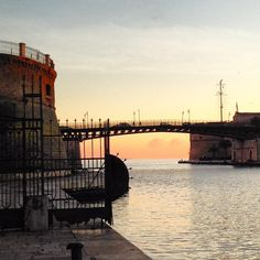 Taranto Città dell'Amore e della speranza. Città dei tramonti, dei delfini, dei sapori unici in tutto il mondo: http://www.madeintaranto.org/taranto-citta-dellamore/  (si ringrazia Viky De Santis per la foto gentilmente concessa) #Madeintaranto #Leterredeidelfini #Taranto #Puglia #Weareinpuglia #turismo #cittàdavivere #citywiew #Italy #Madeinitaly #Visitpuglia #Love