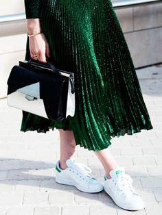 Klassische Stan Smith Sneaker von Adidas kann man auch perfekt zum schicken Faltenrock tragen.