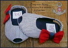 Sapatinho peep toe navy. Detalhe do lacinho em tecido vermelho na lateral. Totalmente em tecido, inclusive o soladinho. Tecidos 100% algodão. Informações de tamanhos: 0-3 meses - 9,5 cm de comprimento / corresponde aproximadamente à numeração 14; 3-6 meses - 11cm de comprimento / corresponde aproximadamente às numerações 16/17; 6-9 meses - 12cm de comprimento / corresponde aproximadamente à númeração 18. R$ 42,00 Diy Baby Gifts, Baby Crafts, Sweet Dreams Baby, Baby Shoes Pattern, Sock Dolls, Felt Shoes, Baby Kit, Kids Patterns, Baby Girl Shoes