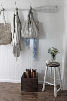 Lover everything about this entryway - oar coat rack, Marseille tote, butter box, & jar vase Beach Cottage Style, Beach Cottage Decor, Coastal Cottage, Coastal Decor, Lake Cottage, Cottage Ideas, Garderobe Design, Diy Garderobe, Diy Coat Rack