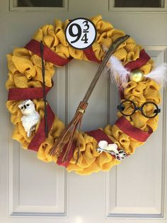 Harry Potter Inspired Wreath By Happywiveshappylives On Etsy Harry Potter Grifinoria Harry Potter Crafts Diy