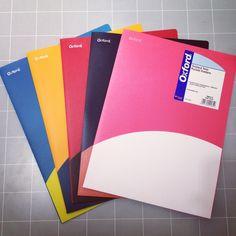 【ファイル】ツイステッドツインポケットフォルダー¥340/バイカラーが目を引くファイルです。表紙に1ポケット、内側に3ポケット。A4サイズ。