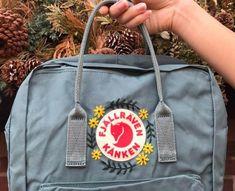 Embroidered Fjällräven Kanken Backpack (classic kanken) - Best DIY and Crafts 2019 Mochila Kanken, Kånken Rucksack, Kanken Backpack, Hiking Backpack, Laptop Backpack, Diy Backpack, Diy Embroidery, Embroidery Patterns, Sewing Dress