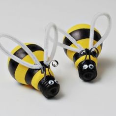 Check out these cute bumblebee light bulbs and other cute Spring crafts for kids!