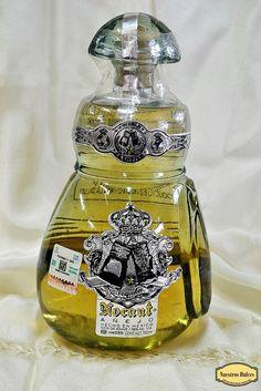 Una de las botellas más raras de nuestra colección: un guante de box en vidrio, alberga el Tequila Nocaut Añejo.