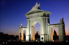 Madrid antiguo. El Barrio de Puerta del Ángel, por su localización extramuros de la ciudad y la ausencia de medios de transporte, se reducía durante la primera mitad del siglo XIX a unas cuantas casas ubicadas en el actual paseo de Extremadura, nada más se cruzaba el Puente de Segovia.