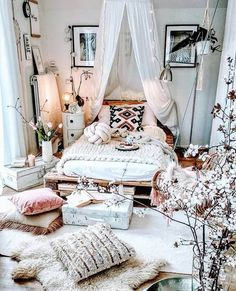 35 Amazingly Pretty Shabby Chic Bedroom Design and Decor Ideas - The Trending House Bohemian Bedroom Decor, Bohemian Style Bedrooms, Industrial Bedroom Decor, Green Bedroom Decor, Whimsical Bedroom, Bohemian Room, Bedroom Vintage, Decor Room, Room Decorations