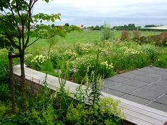 Landelijk gelegen achtertuin met vrij zicht op de omgeving. De mixbeplanting is gekozen om goed aan te sluiten.  Design; Oxalis-tuinontwerpen.   Construction; Jeroen Haentjes. Photography; Jeanne van Rijs. Location; Oosterhout (Nijmegen) (the Netherlands)