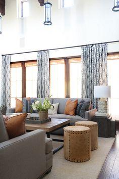 Combinación de colores de muebles, cojines, mesita y cortinas