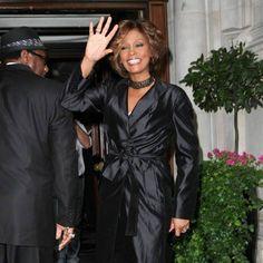 Whitney Houston, plus rayonnante que jamais, a fait une arrivée fracassante à Londres !