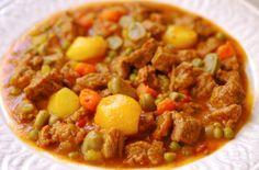 Ragú de ternera / 1kg. de carne tierna de ternera cortada a daditos, 1 cebolla, 2 dientes de ajo, 1 tomate maduro, 2 ramitos de apio, 2 hojas de lechuga, 2 piquillos, 2 zanahorias grandes, 1 cucharada de pimentón dulce, guisantes, alubias verdes, caldo de carne, patatas pequeñas, 1 cucharada de harina, 3 cucharadas aceite de oliva, sal, pimienta negra y nuez moscada.