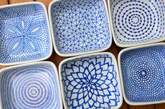 DIY hand-painted ceramic tealight holders: Draw the patterns on the ceramic dishes with a Pebeo Porcelaine 150 Paint Pen (the color I used was Lapis), allow them to dry for 24 hours, then bake them in the oven to set the ink. Ceramic Painting, Ceramic Art, Ceramic Rooster, Ceramic Plates, Art Café, Pebeo Porcelaine 150, Paint Your Own Pottery, Ceramics Projects, Ceramics Ideas