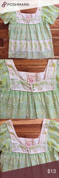 Free People Kelly Green and Yellow Top,ML, 12 NWOT Adorable NWOT, Free People lightweight Kelly Green and Yellow Flower print top  size on the shirt is a 12. I wear a medium and it fits. Bought for a trip and took the tag off and did not wear it💚💛. Free People Tops Blouses