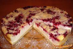 Ze surovin na těsto uděláme drobenku. Suroviny na náplň vymícháme v misce dohladka.  Dno dortové ...