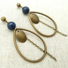 A chic and graphic look for this pair of earrings adorned with a Lapis Lazuli pearl and a bronze metal drop. Art Deco Jewelry, Beaded Jewelry, Handmade Jewelry, Jewelry Design, Unique Jewelry, Bijoux Lapis Lazuli, Earring Crafts, Bijoux Diy, Bead Earrings