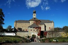 Hotel Schloss Gabelhofen Fohnsdorf This impressive castle hotel in Fohnsdorf is a 2-minute drive from the AquaLux thermal spa and 10 minutes from the Red Bull Ring race track.  All rooms at Hotel Schloss Gabelhofen offer cable TV, a CD player, a minibar, and a bathroom with hairdryer. Castle, Spa, Racing, Mansions, House Styles, Building, Red Bull, Travel, Hotels
