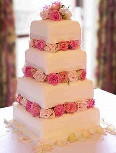 Modelos de bolos de casamento diferentes e arranjos florais: Esse bolo para casamento foi decorado com rosas em tons de rosa. Variando as flores, você obtém modelos de bolos de casamento diferentes e únicos!