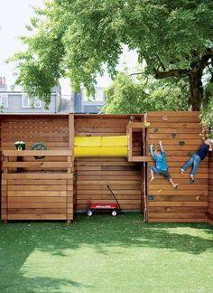 Компактно размещенная вдоль забора, детская площадка для мальчиков
