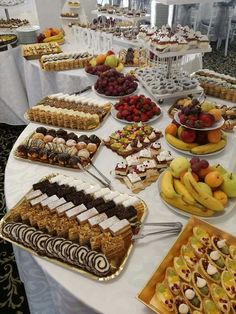 Party Buffet, Dessert Buffet, Buffets, Girls First Birthday Cake, Morrocan Food, Indian Cake, Puff Pastry Desserts, Food Decoration, Food Platters
