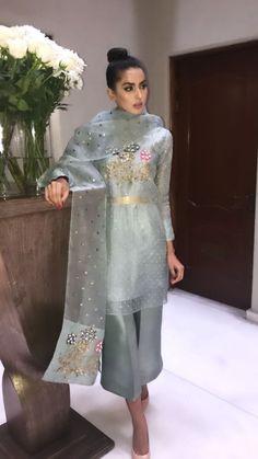 Pakistani Formal Dresses, Pakistani Fashion Casual, Elegant Fashion Wear, Pakistani Dress Design, Indian Fashion, Dress Indian Style, Indian Dresses, Indian Outfits, Designer Party Wear Dresses