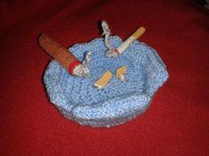 Aschenbecher sogar mit Kippen und brennender Zigarette und Zigarre