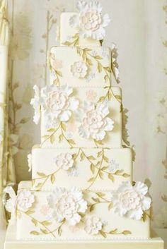 Beautiful Birthday Cake....would be perfect for a Wedding Cake too