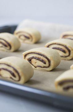 Kanelgifler – dem er der mange, der elsker. Jeg gør også! Et lille, sødt stykke bagværk, der smager skønt af kanel og er indhyllet i en blød dej. Men en hjemmebagt kanelgiffel – det slår altså alle an
