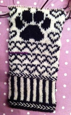 This pattern is avaiable in English, Norwegian and Swedish. Mittens Pattern, Knit Mittens, Mitten Gloves, H Design, Cocker Spaniel, Knitting, Outfit, Crochet, Crafts
