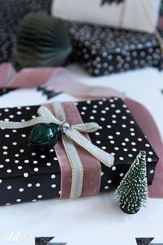 kreative Geschenkverpackung für Weihnachten in Schwarz-Weiß mit Samtgeschenkband in Altrosa