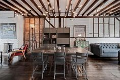 <p>ブルックリンのB&B。レンガや古材を小気味よく見せる背景に、インダストリアルな家具。</p>