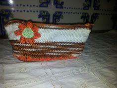 Necessaire em crochet forrada com tecido
