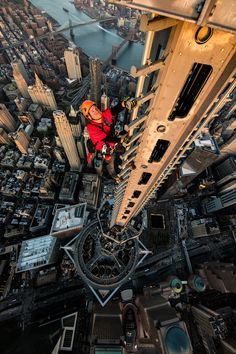 Jamison Walsh climbing the 1 World Trade Center spire. Jimmy Chin for The New York Times Jimmy Chin, New York Taxi, One World Trade Center, New York Life, Aerial Photography, Building Photography, Amazing Photography, Birds Eye View, Humor