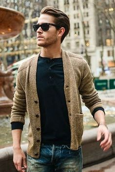 casual citites classic items. #cardigan #jeans #rayban #wayfarer gefunden auf Styletorch