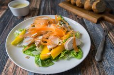 Chicken and mango salad - recipe - Daily Gourmet. With chicken breast, almonds, carrot, mango and little gem lettuce. Perfect for lunch. Delicious.