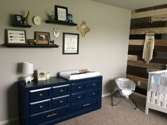 This is such a great combo - the DIY pallet wall + the glossy navy painted dresser. Loving.
