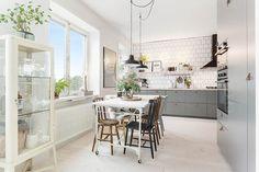 Una gran cocina en un apartamento mini con mucho estilo